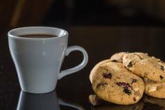 Witte kop donkere koffie en chocoladekoekjes op zwarte backgrou Stock Fotografie