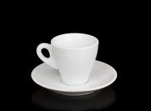 Witte kop en witte schotel met bezinning Stock Fotografie