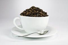 Witte kop met geroosterde koffiezaden. Royalty-vrije Stock Afbeeldingen