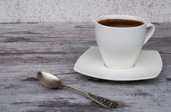 Witte kop met koffie op een lichte achtergrond Royalty-vrije Stock Fotografie