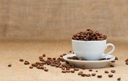 Witte kop met koffiebonen Stock Foto