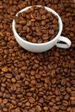 Witte kop met koffiebonen Royalty-vrije Stock Fotografie