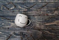 Witte Kop met Smiley Face op Blauwe Houten Lijst royalty-vrije stock foto