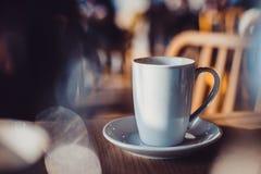 witte kop op lijst in koffie Stock Afbeeldingen