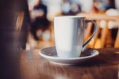 witte kop op lijst in koffie Royalty-vrije Stock Foto