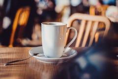 witte kop op lijst in koffie Stock Fotografie