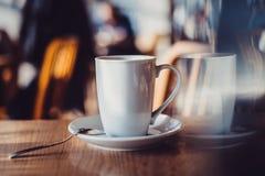 witte kop op lijst in koffie Royalty-vrije Stock Afbeeldingen