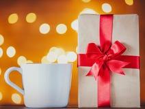 Witte kop thee of koffie en giftdoos royalty-vrije stock fotografie