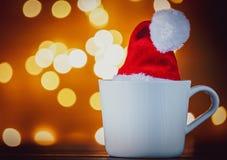 Witte kop thee of koffie en Kerstmislichten stock foto's