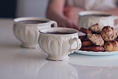 Witte kop thee met koekjes Stock Foto