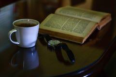 Witte kop van de koffie en het uitstekende boek Royalty-vrije Stock Foto's