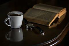 Witte kop van de koffie en het uitstekende boek Stock Foto