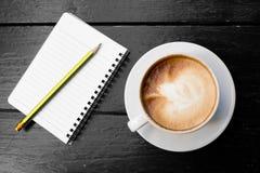 Witte kop van hete koffie latte royalty-vrije stock foto's