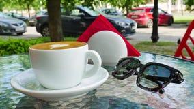 Witte kop van koffie De glazen zijn dichtbij de kop stock videobeelden