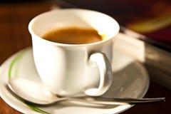 Witte kop van koffie en boekachtergrond Stock Fotografie