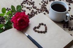 Witte kop van koffie, met koffiebonen en sketchbook Royalty-vrije Stock Afbeeldingen