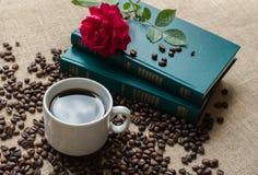 Witte kop van koffie, met koffiebonen op boekenachtergrond Royalty-vrije Stock Fotografie