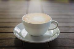 Witte Kop van koffie op Houten Lijst Royalty-vrije Stock Afbeelding