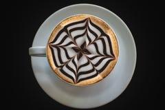 Witte kop van koffie op zwarte achtergrond Stock Fotografie