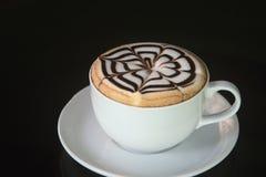 Witte kop van koffie op zwarte achtergrond Royalty-vrije Stock Afbeeldingen