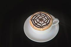 Witte kop van koffie op zwarte achtergrond Stock Foto's