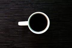 Witte kop van koffie op zwarte achtergrond witte ceramische kop met zwarte koffie Royalty-vrije Stock Foto