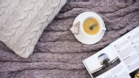 Witte kopkoffie met koekje in vormspar en witte telefoonbloem stock fotografie