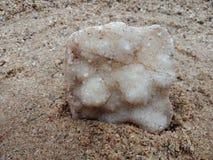 Witte kristalsteen met textuur op het zand geweven behang als achtergrond, strand Oceaan stock afbeelding