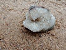 Witte kristalsteen met textuur op het zand geweven behang als achtergrond, strand Oceaan royalty-vrije stock foto