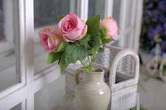 Witte kruik met roze rozen stock foto's