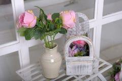 Witte kruik met roze rozen royalty-vrije stock foto's