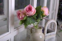 Witte kruik met roze rozen royalty-vrije stock fotografie