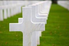 Witte kruisen op een groen gras Stock Afbeelding