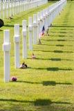 Witte Kruisen van de Amerikaanse Begraafplaats en het Gedenkteken van Wereldoorlog IInormandië Stock Afbeelding