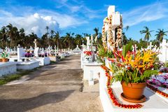 Witte kruisen van een christelijke begraafplaats, het eiland van Uvea Wallis, Wallis en Futuna grondgebied wallis-et-Futuna, Poly stock foto's