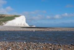 Witte kustlijnklippen en een rivier royalty-vrije stock fotografie