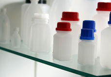 Witte laboratorium plastic flessen voor een geneeskunde Royalty-vrije Stock Foto