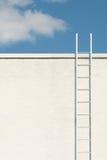 Witte ladder aan de blauwe hemel stock fotografie