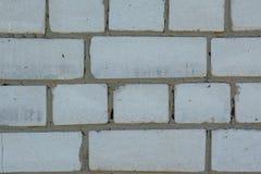 Witte langzaam verdwenen oude bakstenenachtergrond met gebreken en spleten stock fotografie