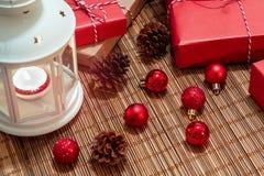 Witte lantaarn met een brandende kaars en dozen met giften Mooie Kerstmis of Nieuwe jaarachtergrond stock foto's
