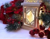 Witte lantaarn met ponsettia, bessen en naaldbomen Stock Afbeeldingen
