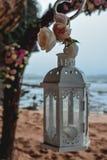 Witte lantaarn op een strandhuwelijk stock fotografie