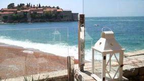 Witte lantaarn op het kuststrand in Montenegro stock videobeelden