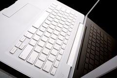Witte laptop met bezinning over het scherm stock foto's
