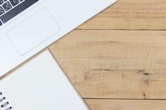 Witte laptop toetsenbord en boekachtergrond Stock Foto's