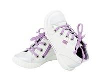 Witte leertennisschoenen met purpere schoenveter Royalty-vrije Stock Afbeeldingen