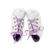 Witte leertennisschoenen met purpere schoenveter Stock Fotografie