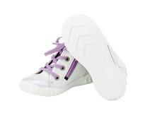 Witte leertennisschoenen met purpere schoenveter Stock Foto's