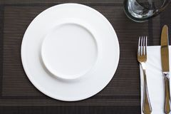 Witte lege die platen met vork en mes met een lint wordt gebonden stock afbeeldingen