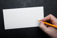 Witte lege envelop ter beschikking op een zwarte achtergrond Malplaatje voor merkidentificatie stock foto's